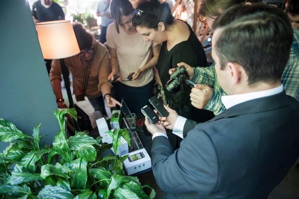 Doro Marketing menadžer Attila Civelek posjetiteljima prezentira funkcije mobilnih uređaja