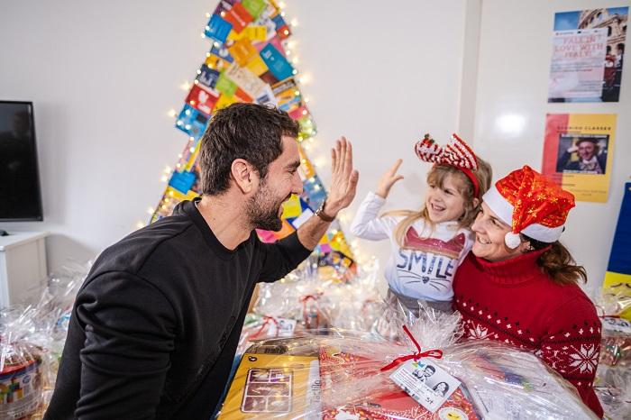 Marin Čilić uručuje poklon djevojčici